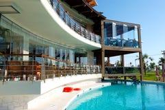 Плавательный бассеин и напольный ресторан Стоковые Изображения