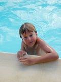 плавательный бассеин мальчика стоковая фотография rf