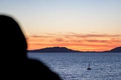 Плавать в Греции в сумраке стоковые изображения