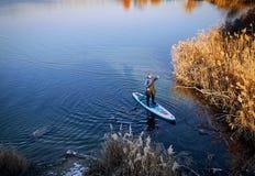Плавать на доске на воде на открытом воздухе стоковые изображения rf