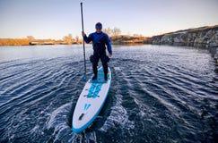 Плавать на доске на воде на открытом воздухе стоковое изображение