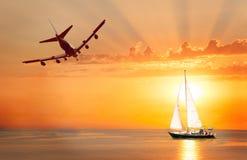 Плавать с предпосылкой захода солнца и выстрогайте в небе стоковое фото rf