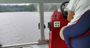 Плавать через озеро Капитан управляет крейсером видеоматериал