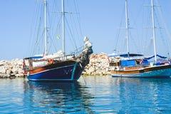 Плавать яхты на пристани на предпосылке камней стоковое изображение rf