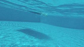 Плавающ в бассейне, тюфяк воздуха для плавать акции видеоматериалы