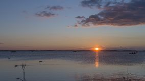 Плавающ на заходе солнца на озере Massaciuccoli, Лукка, Тоскана, Италия стоковые фотографии rf