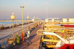 Плавающ яхты и прогулочные катера стоят причаленными в порте Селективный фокус стоковая фотография rf