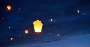 Плавая бумажные фонарики стоковое изображение