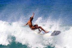 плавая волна серфера занимаясь серфингом стоковое изображение rf