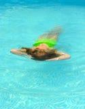 плавая девушка Стоковые Изображения RF