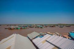 Плавая деревня сока Tonle, Камбоджи стоковые фотографии rf