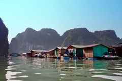 Плавая деревня Kuah болезненная около острова Daw Guo в Halong преследует в Вьетнаме Национальные подлинные корабли с ветрилами п стоковое фото