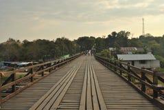 Плавая дом в реке на мосте Sangklaburi/Kanchanaburi ThailandWooden в Sangkhlaburi стоковое фото