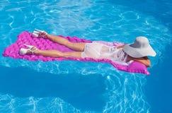 плавая женщина Стоковые Изображения