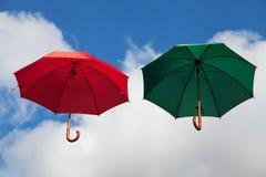 Плавая зонтики в красном цвете и зеленом цвете Стоковые Фотографии RF