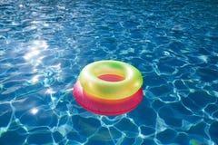 Плавая кольца на swimpool открытого моря Стоковая Фотография