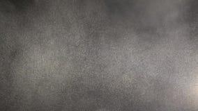 Плавая миниатюрные зайчики пыли парящие на черной предпосылке видеоматериал