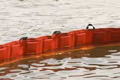 Плавая нефтяной бум стоковые фотографии rf