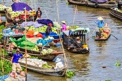 Плавая рынок в Меконге, к югу от Вьетнама стоковые изображения
