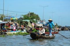 Плавая рынок в перепаде Меконга, Вьетнам Стоковая Фотография