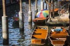 плавая рынок Плавать с пустыми шлюпками стоковое изображение rf