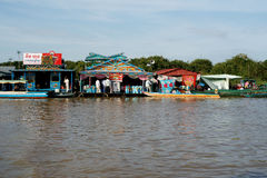 Плавая село. Озеро подрыв Tonle. Камбоджа. Стоковая Фотография