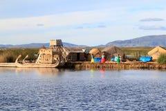 плавая titicaca людей s островов Стоковое Изображение RF