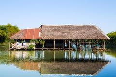 Плавучий дом используемый для удить на реке в Isan, северном восточном Таиланде, Азии стоковое изображение rf