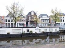 Плавучий дом и цапля в канале старого города groningen в Нидерланд Стоковые Фото