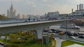 Плавучий мост, взгляд небоскреба Сталина, обваловки Moskvoretskaya и реки Москвы стоковое фото rf