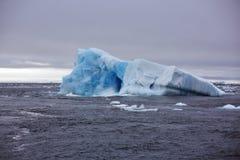 Плавя айсберг в Северном океане стоковые изображения