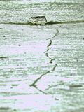 Плавя верхушка айсберга льда Блески солнца через отказы стоковое фото rf