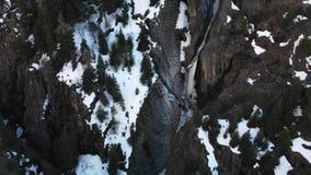 Плавя водопад в глубоком, темном снежном каньоне акции видеоматериалы