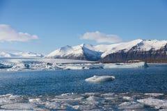 Плавя зима Jakulsarlon приправляет озеро с ясной предпосылкой голубого неба Стоковая Фотография