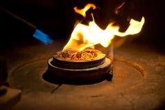 Плавя золотой металл в печи с огнем для делать ювелирные изделия стоковые фото