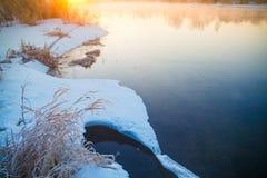 Плавя лед на береге покрытом со снегом белизна принципиальной схемы изолированная опасностью Рыбная ловля весной стоковое изображение rf