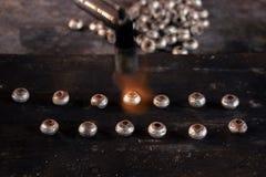 Плавя серебр в делать ювелирных изделий ремесла стоковые фотографии rf