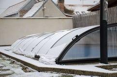 Плавя снег на крыше бассейна идя вниз стоковое изображение rf