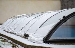 Плавя снег на крыше бассейна идя вниз стоковая фотография rf