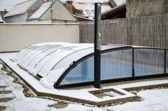 Плавя снег на крыше бассейна идя вниз стоковое фото rf