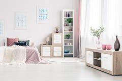 Плакаты в розовом интерьере спальни Стоковое фото RF