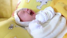 плакать младенца newborn акции видеоматериалы