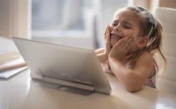 Плакать тревоги, потому что оно хочет идти сыграть, который нужно не выучить стоковое изображение