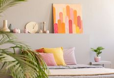 Плакат аркад в реальном фото серого интерьера спальни с свежей стоковая фотография