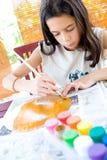 плакат бумажной плиты краски девушки крася Стоковая Фотография