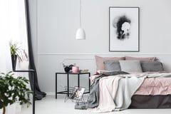 Плакат в розовом интерьере спальни стоковые изображения