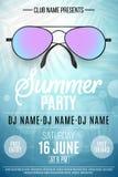 Плакат для партии лета Красочные солнечные очки пляжа на голубой предпосылке с пальмами Ярко светит bokeh Имена клуба и иллюстрация вектора