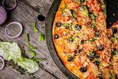 Плакат для ресторанов или pizzerias, шаблона с сыром очень вкусной пиццы вкуса большим, мясом, грибом, соусом отбензинивания вкус стоковое фото