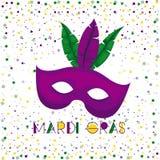 Плакат марди Гра с фиолетовой маской масленицы и красочные пер с предпосылкой confetti Стоковое Фото