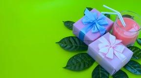 Плакат праздника сюрреализма знамени кладет с подарками стекло в коробку milkshake яркая ая-зелен предпосылка Стоковое Изображение